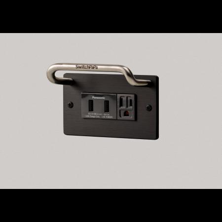 開關拔拔獨家置物式掛勾面板,任何型號都可以客製,結合國際牌置入式USB充電插座,採用充電專用插座,不用擔心資訊外洩,人性化設計,訊號不互相干擾,充電時手機/平板再也不怕沒有放置之處,鋁合金面板,具功能性又高質感,讓插座面板更加生活化。